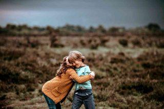 Sognare di abbracciare un amico